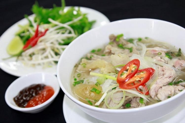 Phở là một món ăn truyền thống của Việt Nam.